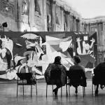 Visitatori alla mostra di Picasso del settembre 1953 a Milano, Palazzo Reale - Credito fotografico: © Rene Burri / Magnum Photos / Contrasto © Succession Picasso by Siae 2012