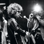 "Bob Dylan in tournè in Inghilterra, 1966, Jean-Marie Perier - Bob Dylan en tournée en Angleterre. A droite, D.A. Pennebaker tourant son film ""Don't look back"" Juin 1966~PROV~Scan Cyclope ftp 2 dec 2011Tarif spécial, nous consulter."