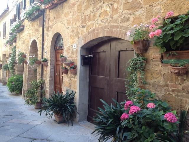 pienza-walkway-flowers-640x480.jpg