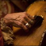 Stephen Vaugan This Hand Gathers No Moss( Keith Richards hand), pirates des Caraibes, 2006. - La main de Keith Richards. Cette photographie ne peut être utilisée que dans le cadre de la promotion du salon Fotofever Brussels 2012.